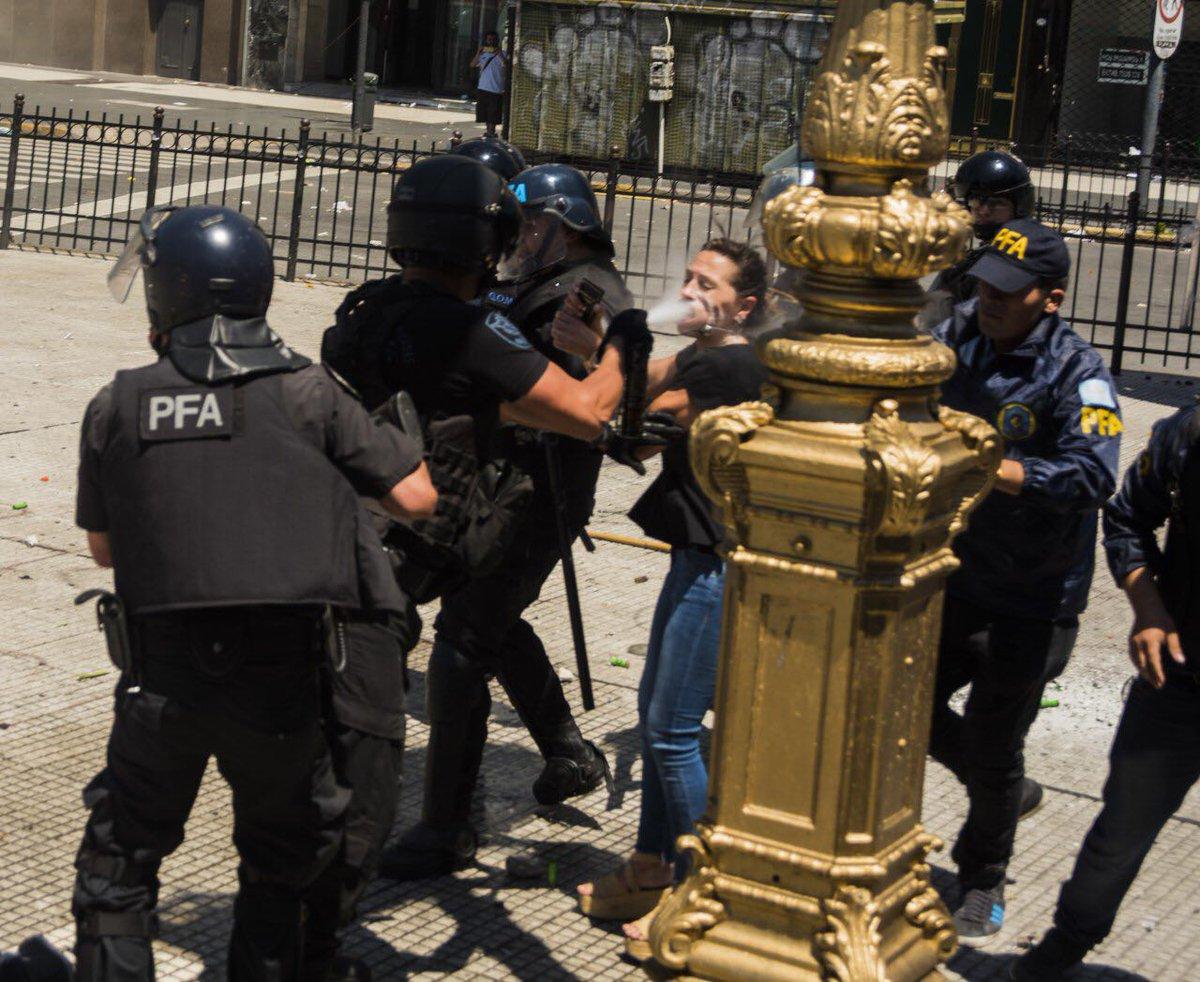 Diputado justificó la represión a una legisladora: