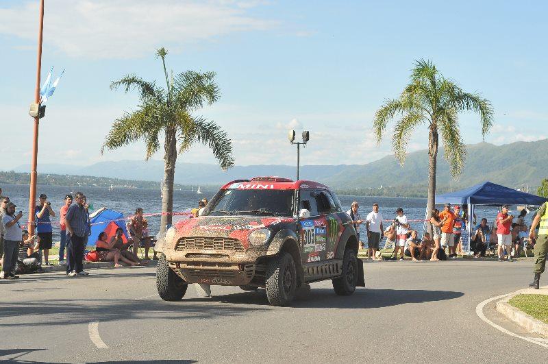 Un centenar de aficionados recibió a Carlos Sainz, doble campeón del Dakar